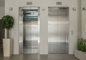 Zwei Aufzüge nebeneinader in einem Bürogebäude - Wingwave Beispiel - Karen Hartig Coaching Köln und Nrw