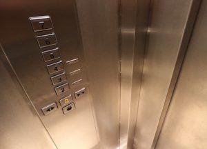 Aufzug Kabine innen - Knöpfe mit Etagennummern - Karen Hartig Coaching