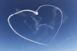 Ein weißes Herz im blauen Himmel - Flugangst überwinden - Karen Hartig Coaching in Köln und NRW