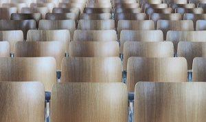 Leere Stuhlreihen im Auditorium - Mit Wingwave Lampenfieber loswerden- Karen Hartig coacht