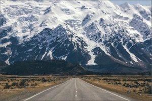 Straße in Richtung eines schneebedeckten hohen Berges - Was Coaching kann - Karen Hartig Coaching Köln und NRW