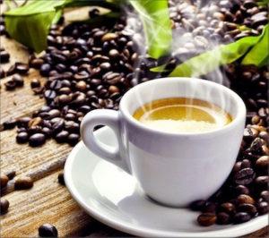 Kaffeebohnen mit einer dampfenden Tasse Espresso
