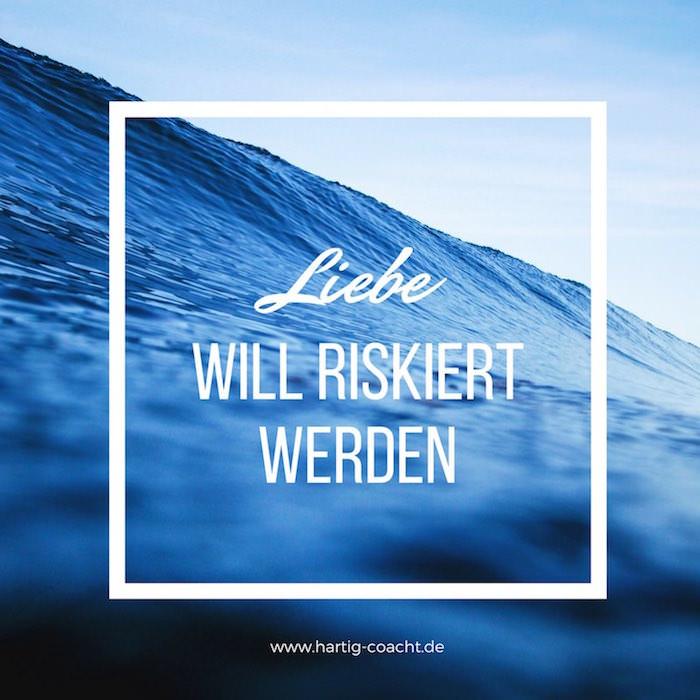 Foto mit blauer Welle: Liebe will riskiert werden