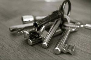 Schlüsselbund auf Tischplatte