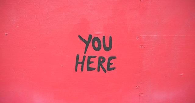 """Schriftzug """"you here"""" auf rotem Hintergrund - Blogpost Karen Hartig"""