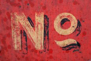 """Rotes Schilf mit der Inschrift """"No"""""""