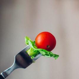 Eine auf der Gabel aufgespießte Cocktailtomate: interessiert bei Heißhunger niemanden