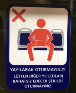 Schild in der Metro von Istanbul gegen Manspreading. Es fordert dazu auf, nur einen Platz zu belegen.