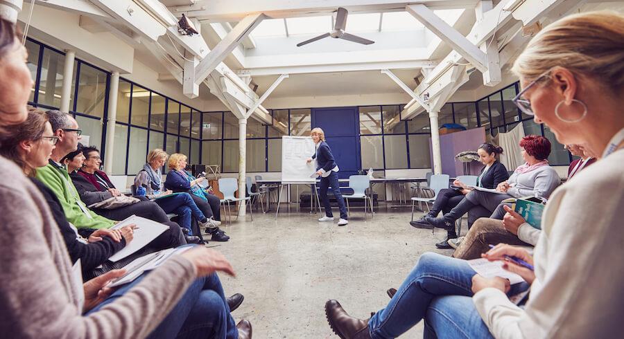 Karen Hartig beim Auftrittscoaching vor einer Gruppe