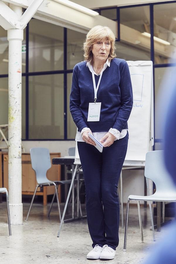 Frauen machen sich oft schmal: Karen Hartig zeigt es beim Auftrittscoaching