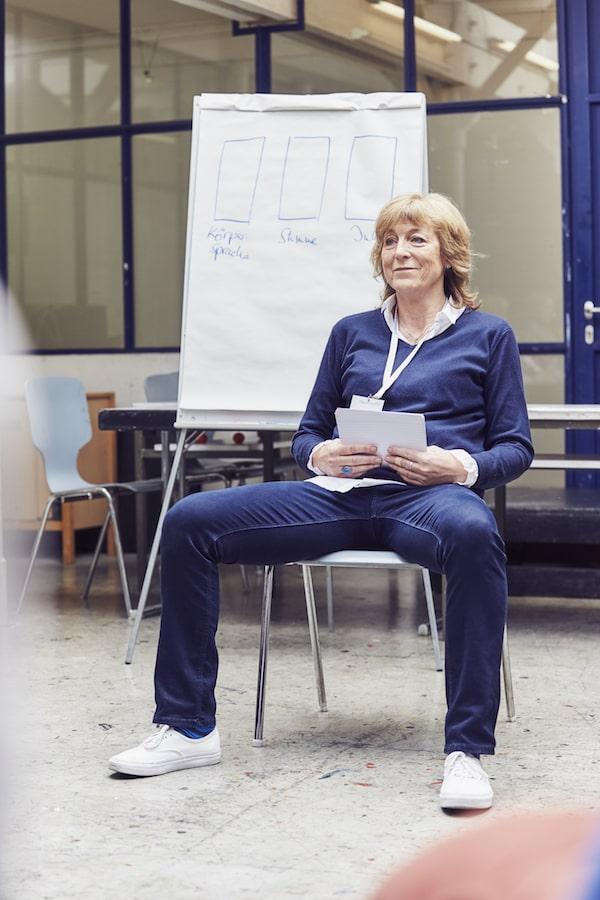 Breitbeinig sitzen - die männliche Variante, Karen Hartig zeigt es beim Auftrittscoaching