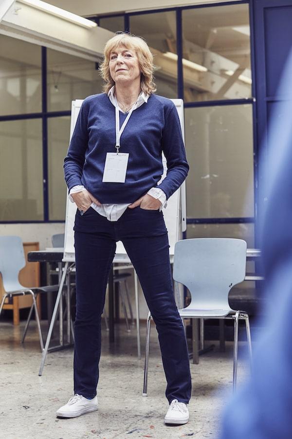Männer stehen oft breitbeinig: Karen Hartig demonstriert es beim Auftrittscoaching
