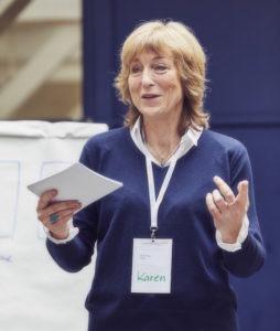 Ob mit oder ohne Mikro, Karen Hartig zeigt Ihnen, wie Sie auf der Bühne oder einer Präsentation zeigen können, was Sie draufhaben