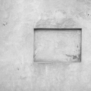 Auf der Suche nach der richtigen Nische: Rechteckige Nische in einer verputzen Wand